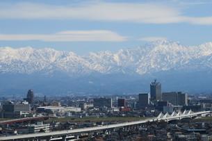 北陸新幹線と春の立山連邦の写真素材 [FYI00261219]