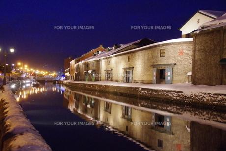 冬の小樽運河の夜景の写真素材 [FYI00261305]
