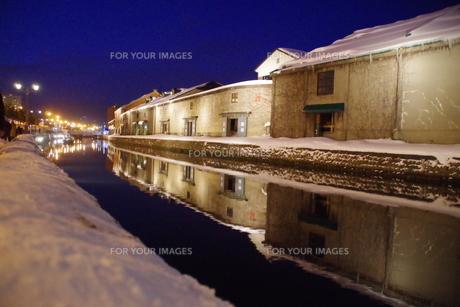 冬の小樽運河の夜景の写真素材 [FYI00261316]