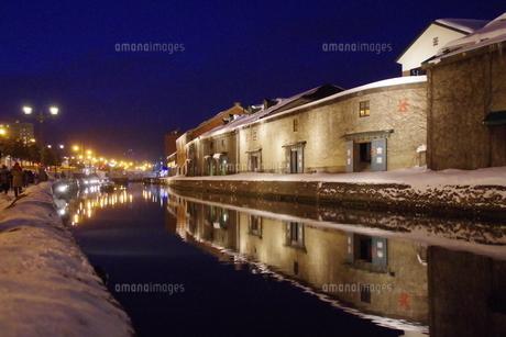 冬の小樽運河の夜景の写真素材 [FYI00261318]