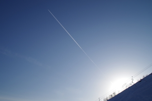 青空と夕陽と飛行機雲の写真素材 [FYI00261329]