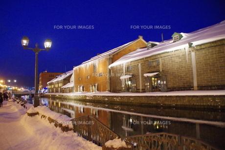 冬の小樽運河の夜景の写真素材 [FYI00261331]