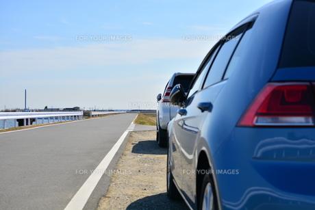 霞ヶ浦周遊道路と青い車の写真素材 [FYI00261554]