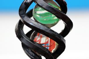 鉄とガラス玉の写真素材 [FYI00261700]