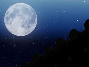 日本家屋の上に浮かぶ月の写真素材 [FYI00261804]