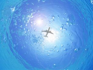 水中から見上げた飛行機の写真素材 [FYI00261829]