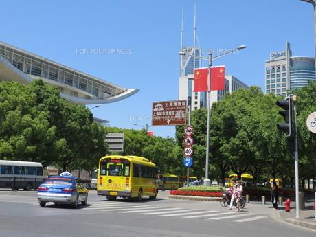 上海の近代化された交差点の写真素材 [FYI00261873]