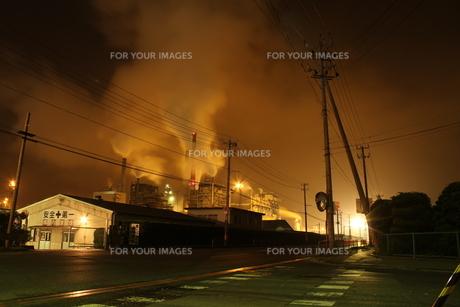 夜の工場地帯の素材 [FYI00263002]