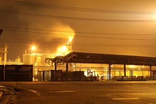 夜の工場の素材 [FYI00263028]