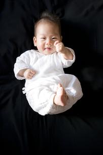 黒バックで元気にポーズする赤ちゃんの写真素材 [FYI00263101]