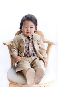 入園式の正装をして座る赤ちゃんの写真素材 [FYI00263104]