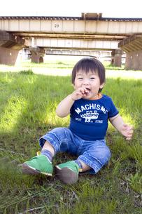 河川敷で座ってる子供の写真素材 [FYI00263106]