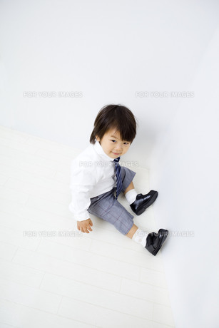 入園、白バックで正装して座る子供の写真素材 [FYI00263131]