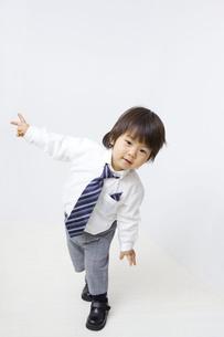 白バックでワイシャツネクタイでポーズを取る子供の写真素材 [FYI00263132]