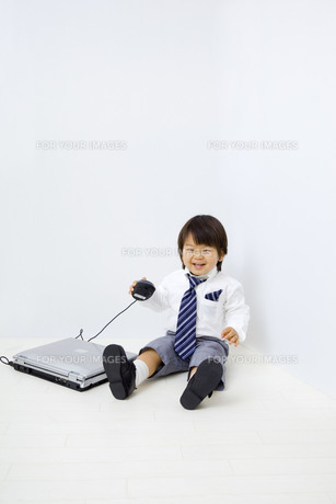 白バックで、パソコンと笑顔の子供の写真素材 [FYI00263137]