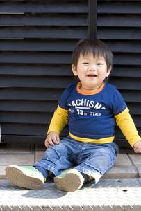 路上に座る子供の写真素材 [FYI00263141]