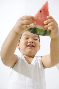 スイカを持ち上げる子供の写真素材 [FYI00263207]