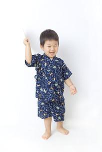 甚平を着た元気な男の子の写真素材 [FYI00263218]