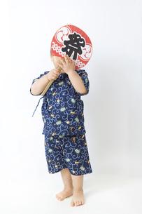 団扇で顔を隠す子供の写真素材 [FYI00263234]