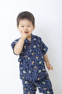 甚平を着てピースする男の子の写真素材 [FYI00263235]
