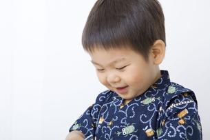 甚平を着てうつむく男の子の写真素材 [FYI00263241]