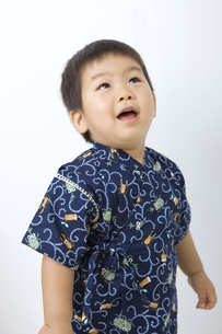 甚平を着て見あげる子供の写真素材 [FYI00263242]