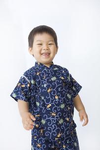 甚平を着て笑う子供の写真素材 [FYI00263244]