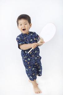 団扇を持って元気な子供の写真素材 [FYI00263250]
