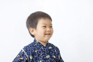 甚平を着て笑う子供の写真素材 [FYI00263253]