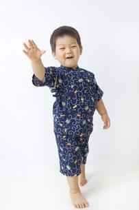 甚平を着てはしゃぐ子供の写真素材 [FYI00263255]