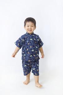 甚平を着た子供の全身の写真素材 [FYI00263256]