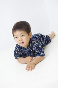 甚平を着て寝そべる子供の写真素材 [FYI00263258]