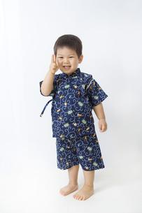 甚平を着てピースする子供の全身の写真素材 [FYI00263260]