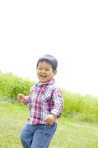 野原で元気いっぱい遊ぶ子供の写真素材 [FYI00263277]
