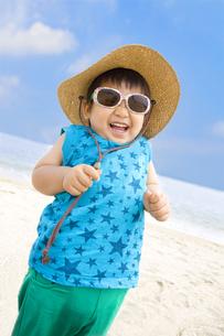 ビーチで元気にはしゃぐ子供の写真素材 [FYI00263338]