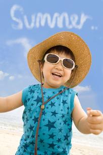 夏のビーチで楽しむ子供の写真素材 [FYI00263348]