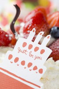 バースデーケーキとメッセージカードの写真素材 [FYI00263402]