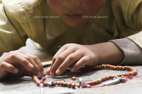 チベットの祈る子供の素材 [FYI00263406]