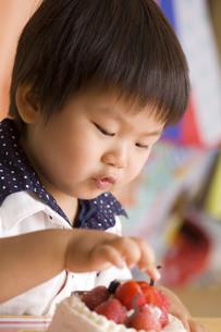 ケーキを触る子供の写真素材 [FYI00263407]
