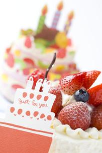 バースデーケーキとメッセージカードの写真素材 [FYI00263410]