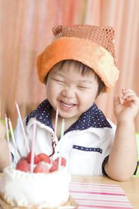 バースデーケーキと嬉しそうな子供の写真素材 [FYI00263411]