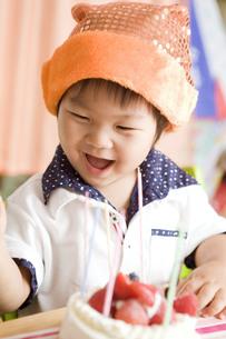 バースデーケーキと楽しそうな子供の写真素材 [FYI00263418]