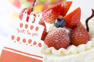 バースデーケーキとメッセージカードの写真素材 [FYI00263420]