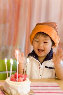 ハッピーバースデーを歌う子供の写真素材 [FYI00263421]