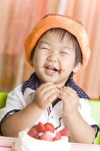 バースデーケーキをおいしそうに食べる子供の写真素材 [FYI00263423]
