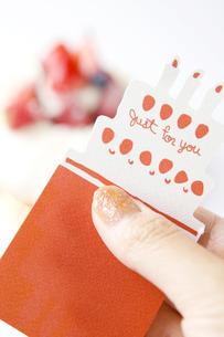 メッセージカードとケーキの写真素材 [FYI00263427]