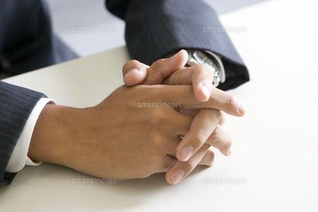 手を組むビジネスマンの写真素材 [FYI00263440]