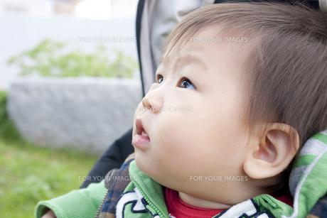 見上げる赤ちゃんの写真素材 [FYI00263457]