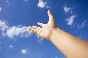 青空に伸ばした手の写真素材 [FYI00263497]