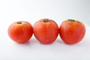 3個のトマトの写真素材 [FYI00263552]